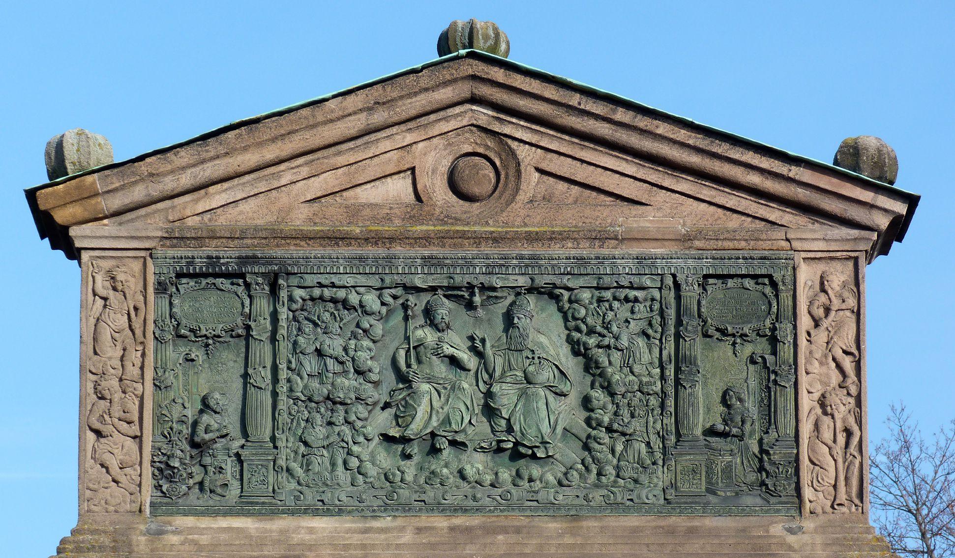 Gedächtnisstein des Wolfgang Münzer Ädikula, Bronzerelief mit der Dreieinigkeit, seitlich Vater und Schwester des Wolfgang Münzer