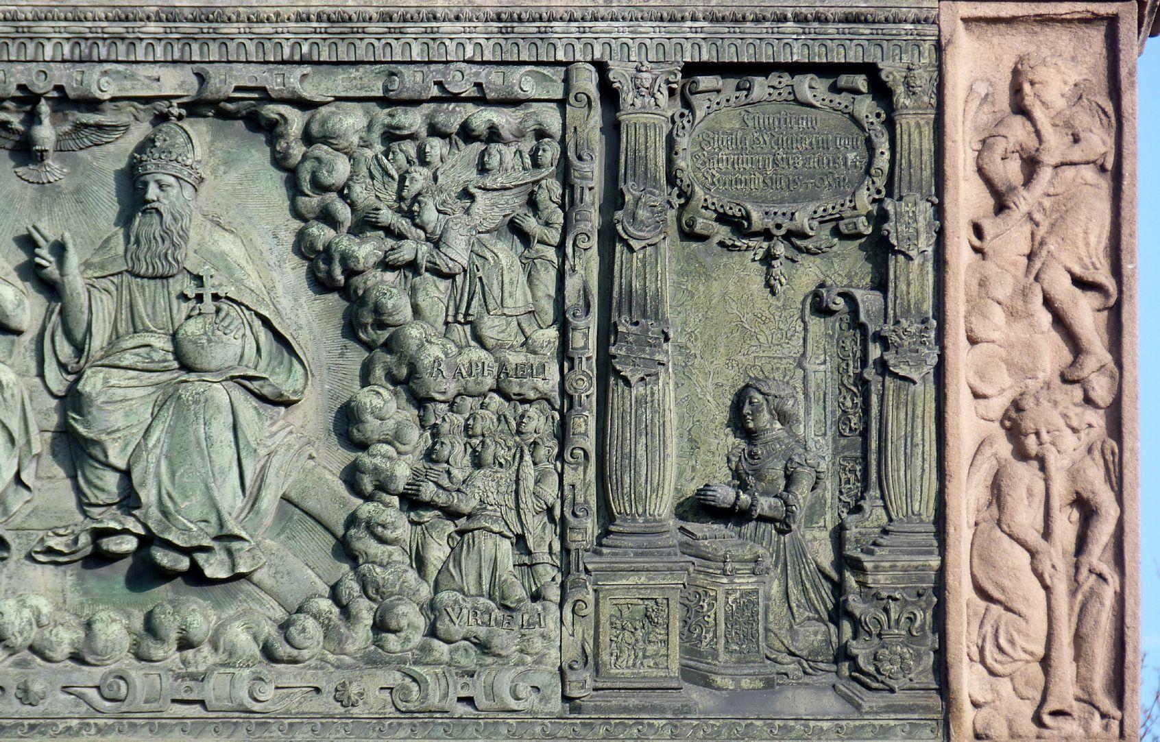 Gedächtnisstein des Wolfgang Münzer Detail der mittleren Himmelsszene mit der knienden Schwester Sybilla und Posaunenengel