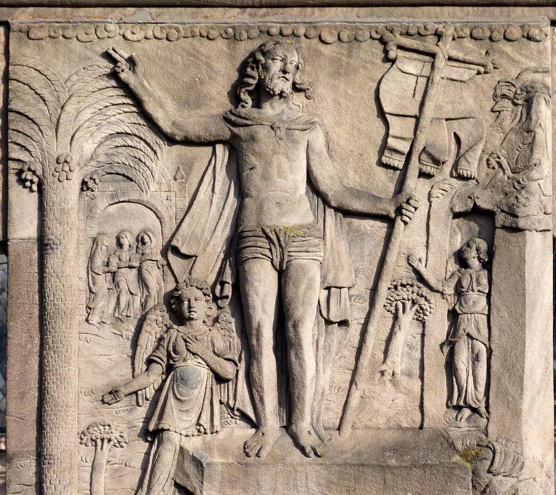 Gedächtnisstein des Wolfgang Münzer Hauptplatte, Der auferstandene Christus mit der Fahne als Symbol des Sieges über den Tod