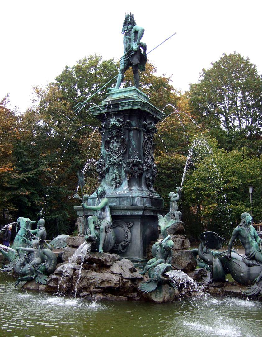 Neptun-Fountain Schrägansicht von Nordost