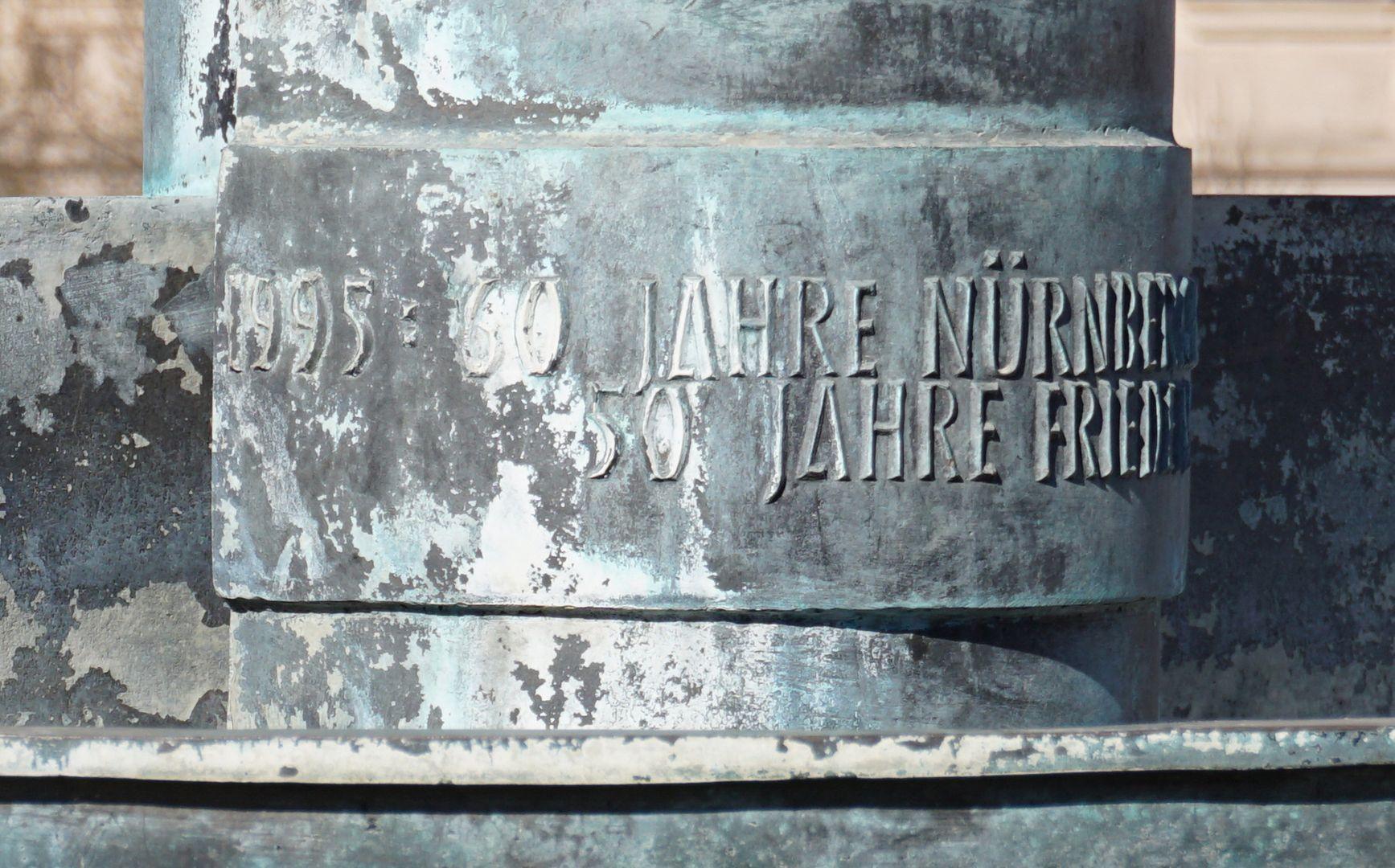 Norisbrunnen Inschrift an der unteren Brunnenschale: 1995: 60 Jahre Nürnberger Gesetze / 50 Jahre Frieden