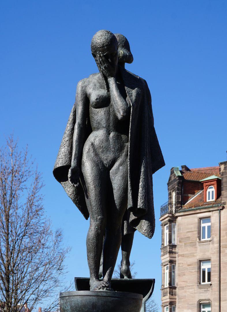 Norisbrunnen Entblößte Frauengestalt