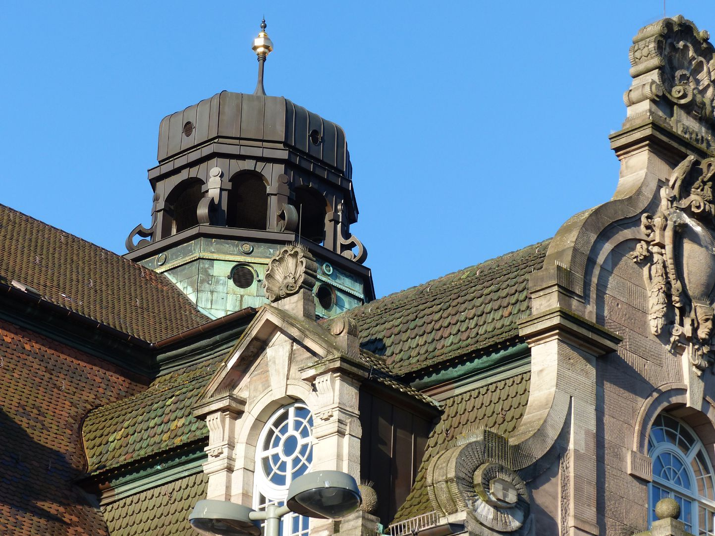 Opernhaus Neubarocke vordere Laterne mit Lukarne und Schweifgiebel im Vordergrund