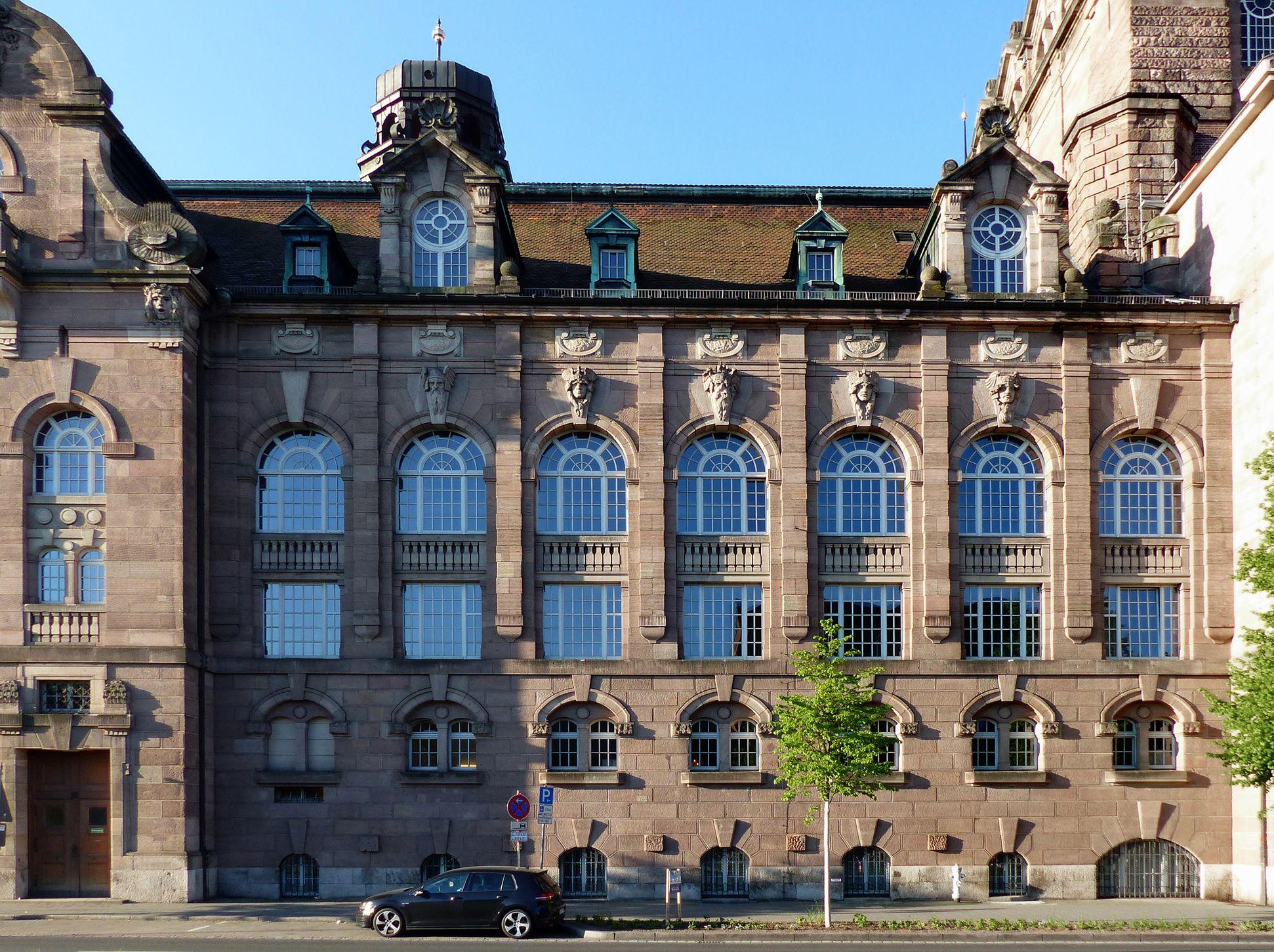 Opernhaus nördlicher Langtrakt, Reliefköpfe zwischen den Pilastern von Philipp Kittler