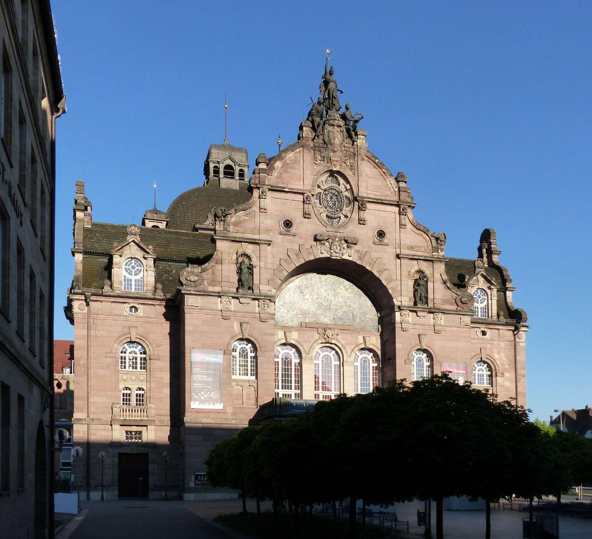 Opernhaus Hauptfassade von Ost