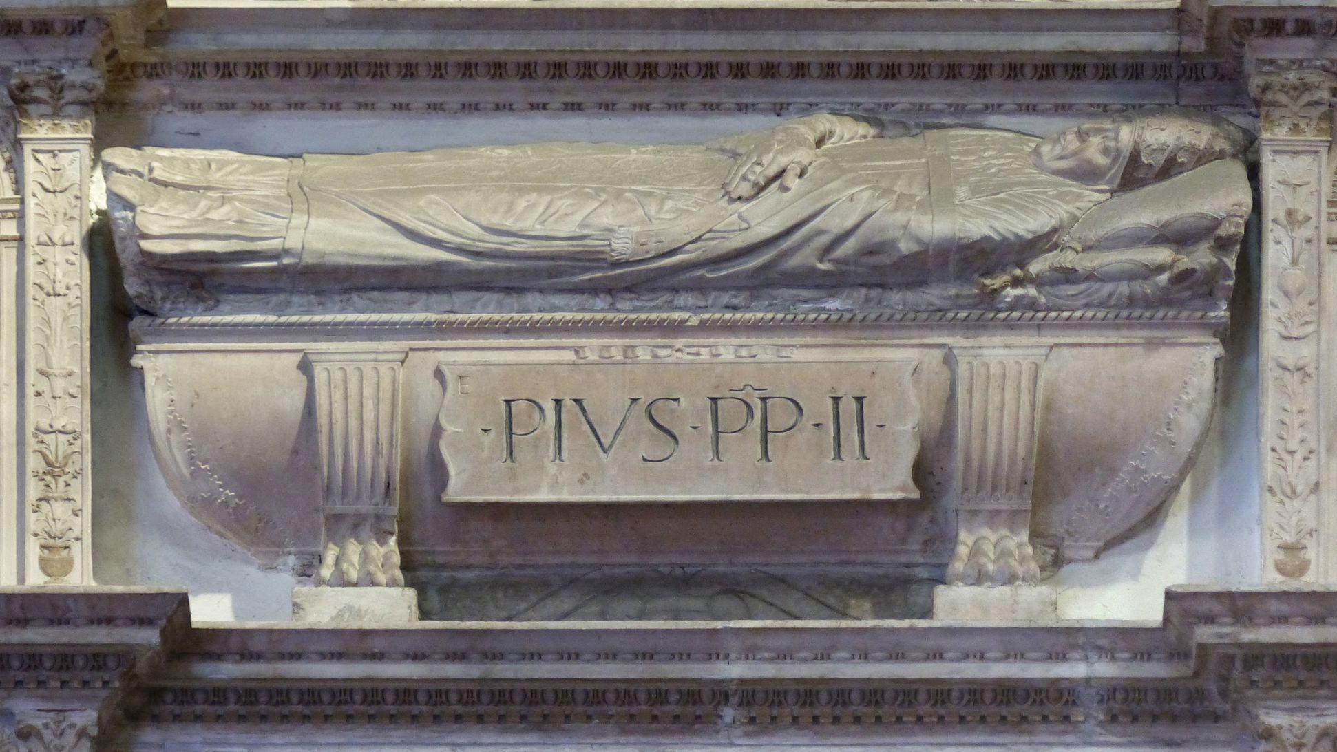 Grabmal Pius II. Grabmaldetail mit Sarkopharg und liegender Figur