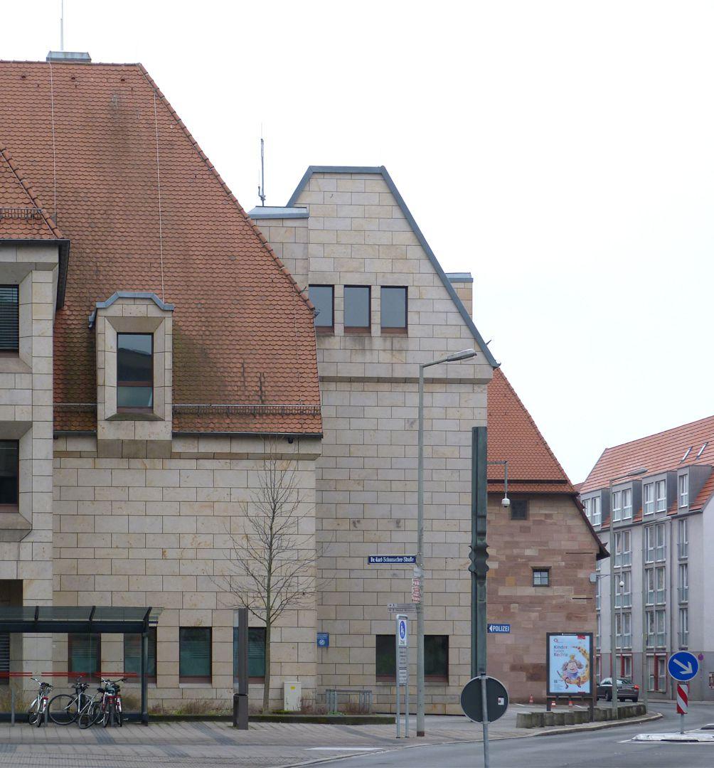 Erweiterungsbau des Polizeipräsidiums Blick in die Schlotfegergasse mit altem Kornspeicher