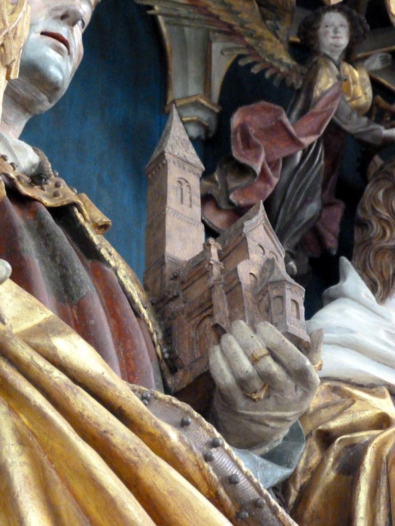 Puschendorfer Hochaltarretabel Hauptschrein, Kirchenmodell in der Hand Wolfgangs