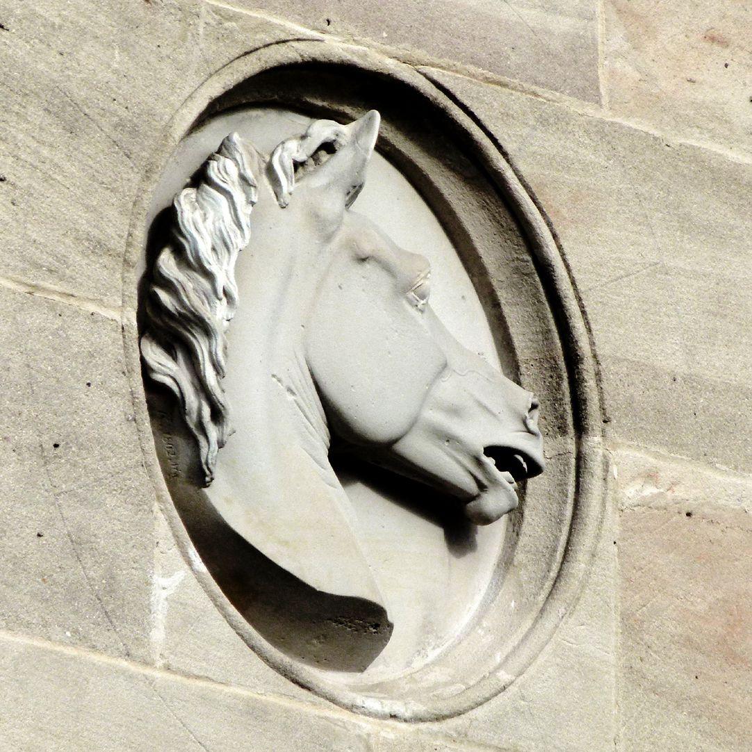 Reithalle des I. Bayerischen Chevauleger-Regiments Südfassade, Tondo mit Pferdekopf