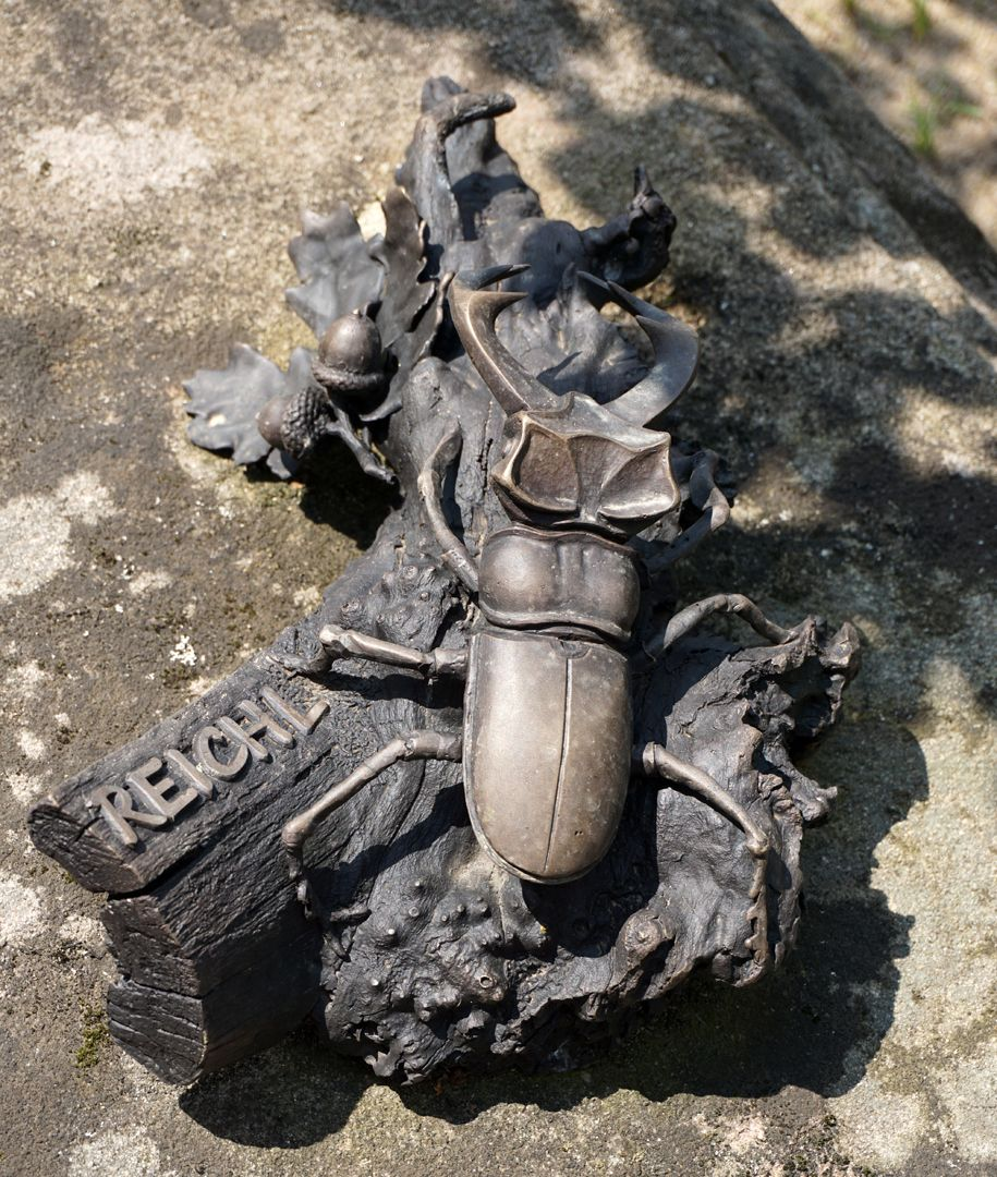 Rochus Cemetery Gravesite 209 Modern Epitaph / REICHL / Stag beetle on a piece of an oak tree root