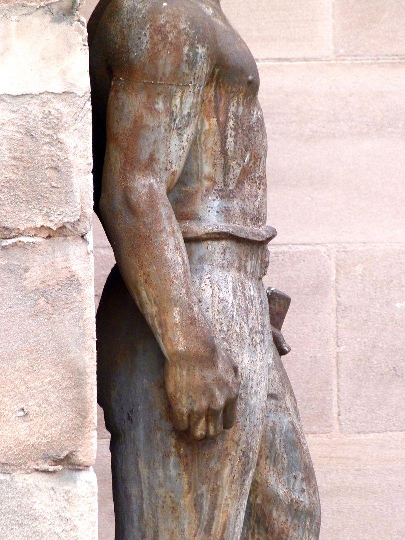 Worker at the former job center rechtes Profil, Oberkörper und Beine, Detail