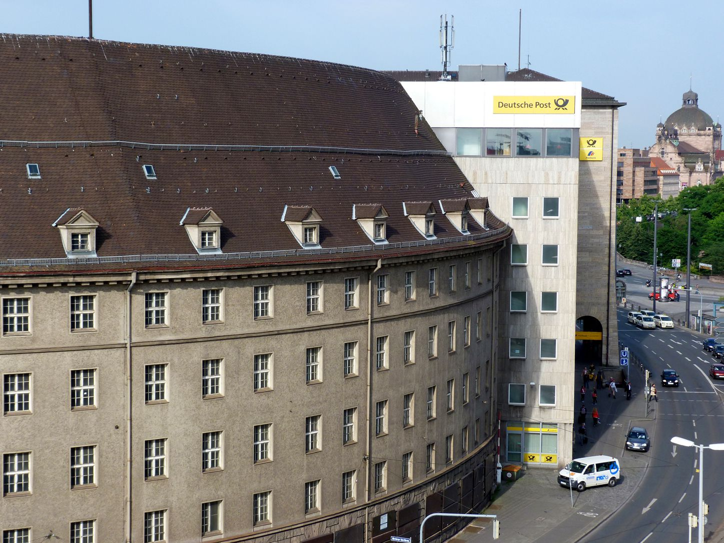 Former main post office, hemicycle Front detail. Please note the unfavorable influence of the canteen structure on the building complex. The future tower block will be by some storeys higher than today´s building .