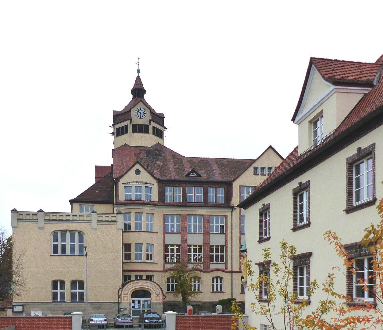 Scharrer-School South corner building with flat roof, boys´ school, building on the right: Nursing association St. Kunigund