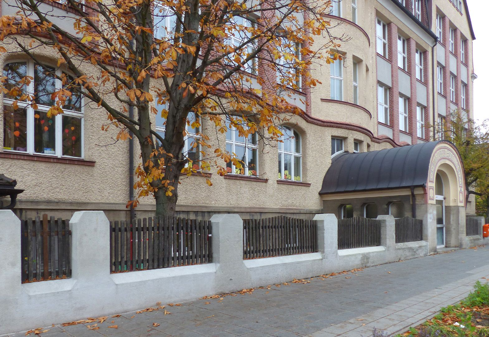 Scharrer-School Street view with entrance to the girls´school