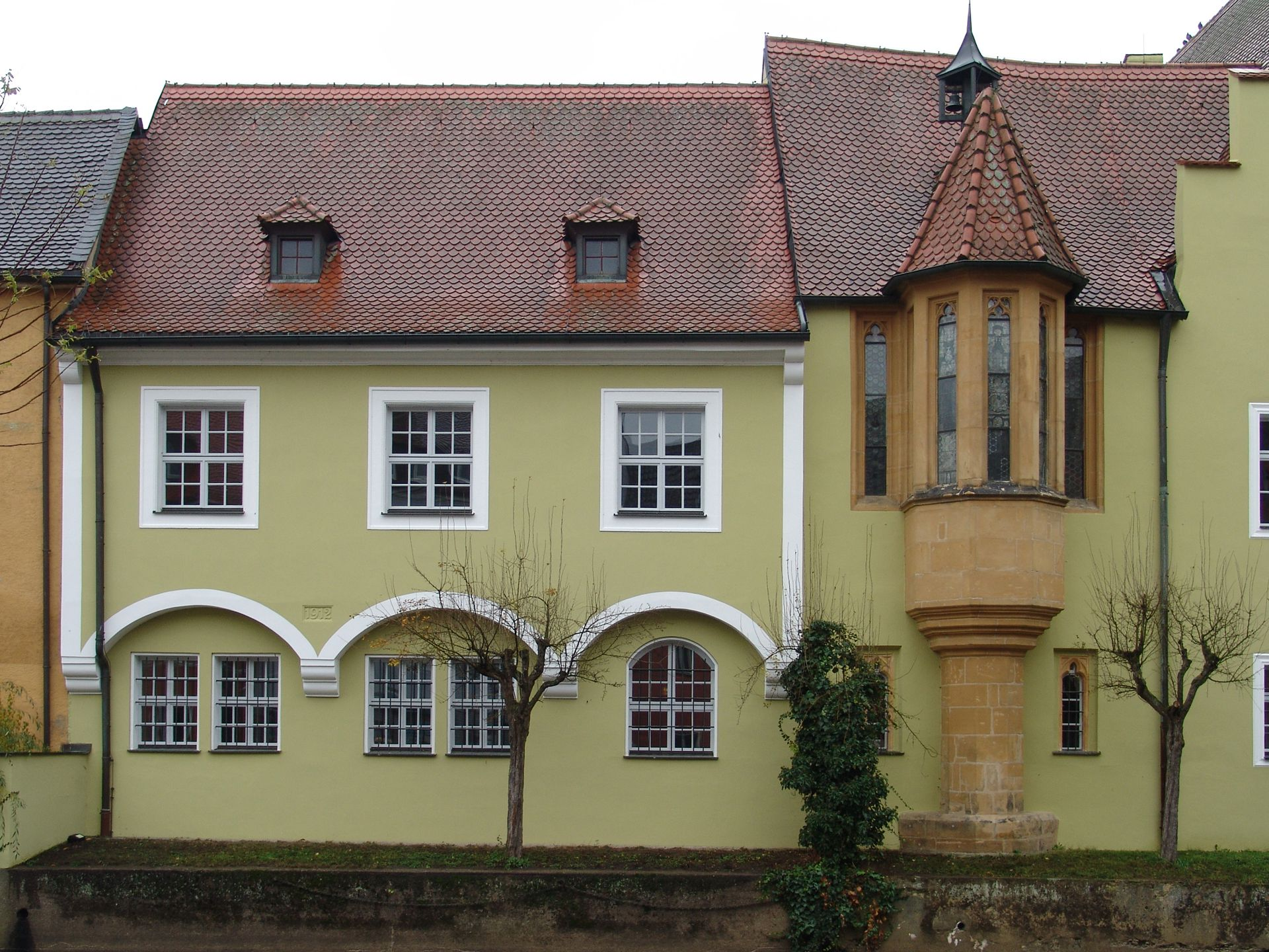 Klösterl (Amberg), extension of the south wing Extension of the south wing (right: chapel oriel from the time before 1400)