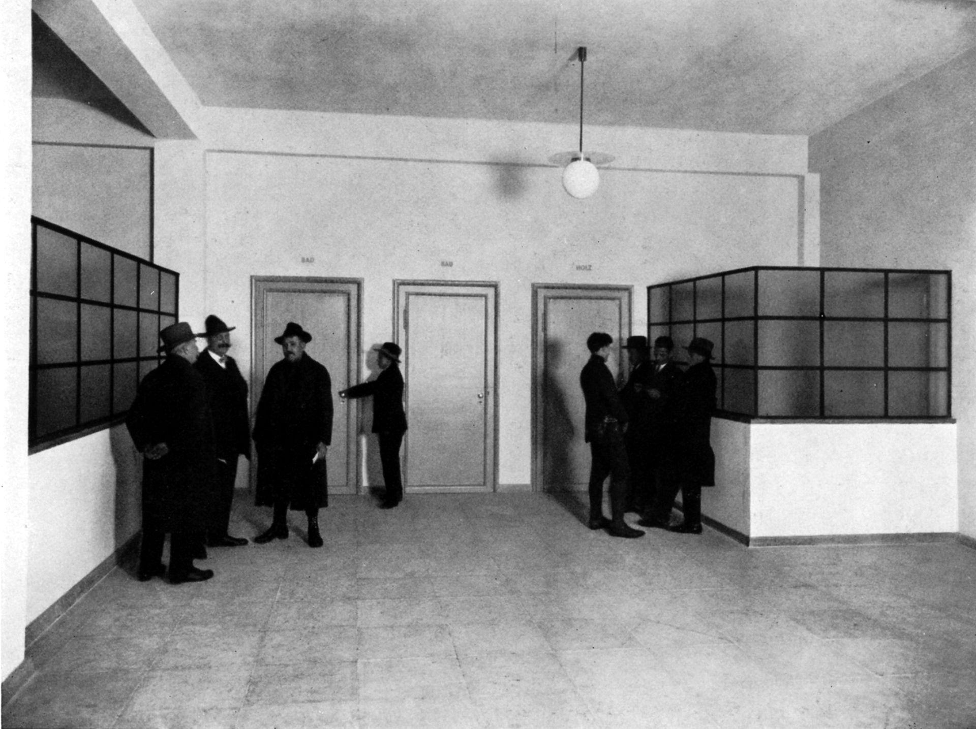 """Job Center Waiting hall on the ground floor / photo from: """"Otto Ernst Schweizer"""", F. E. Hübsch Verlag"""