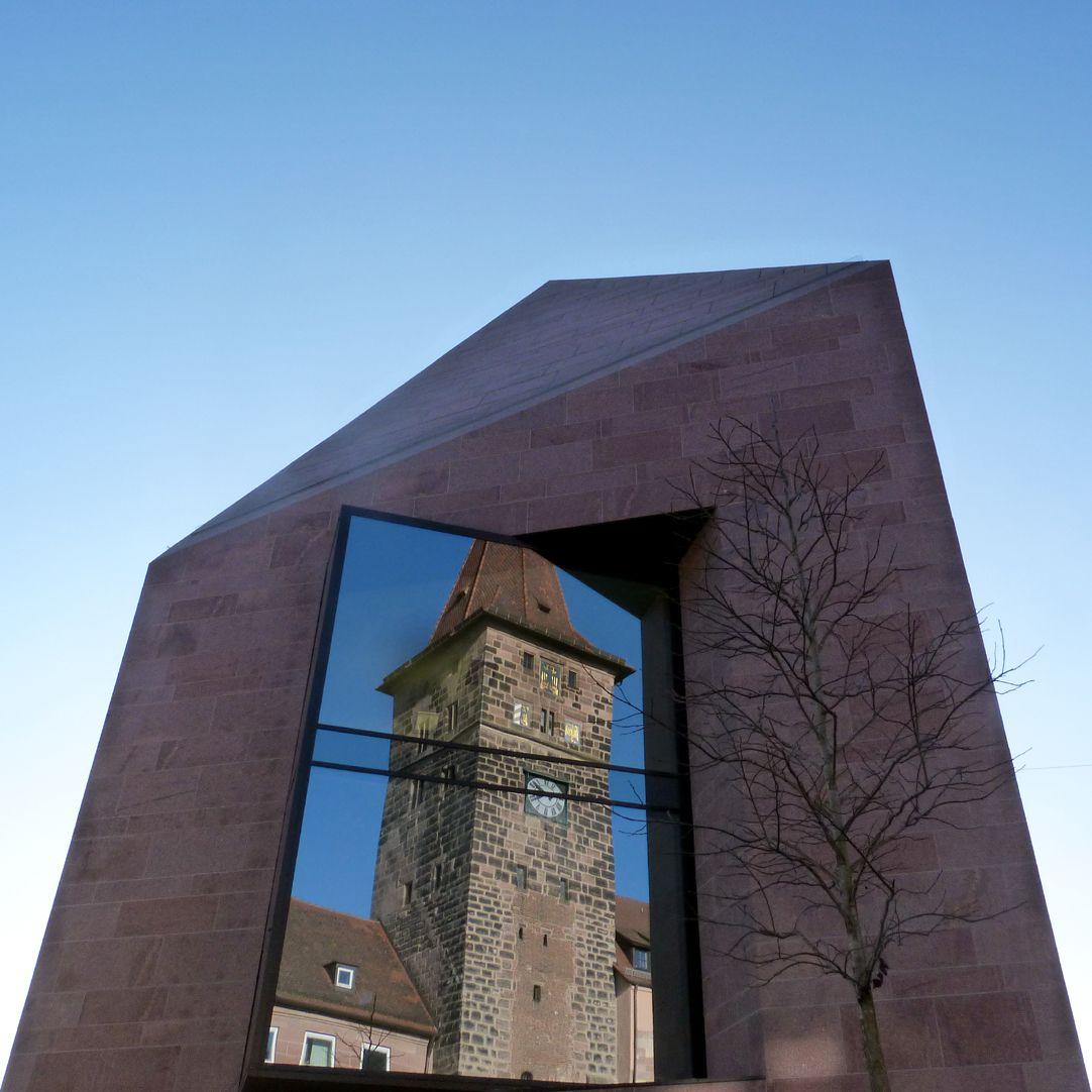 Sebalder Kontore Ostansicht, grosses Fenster mit Spiegelung des Laufer Schlagturms