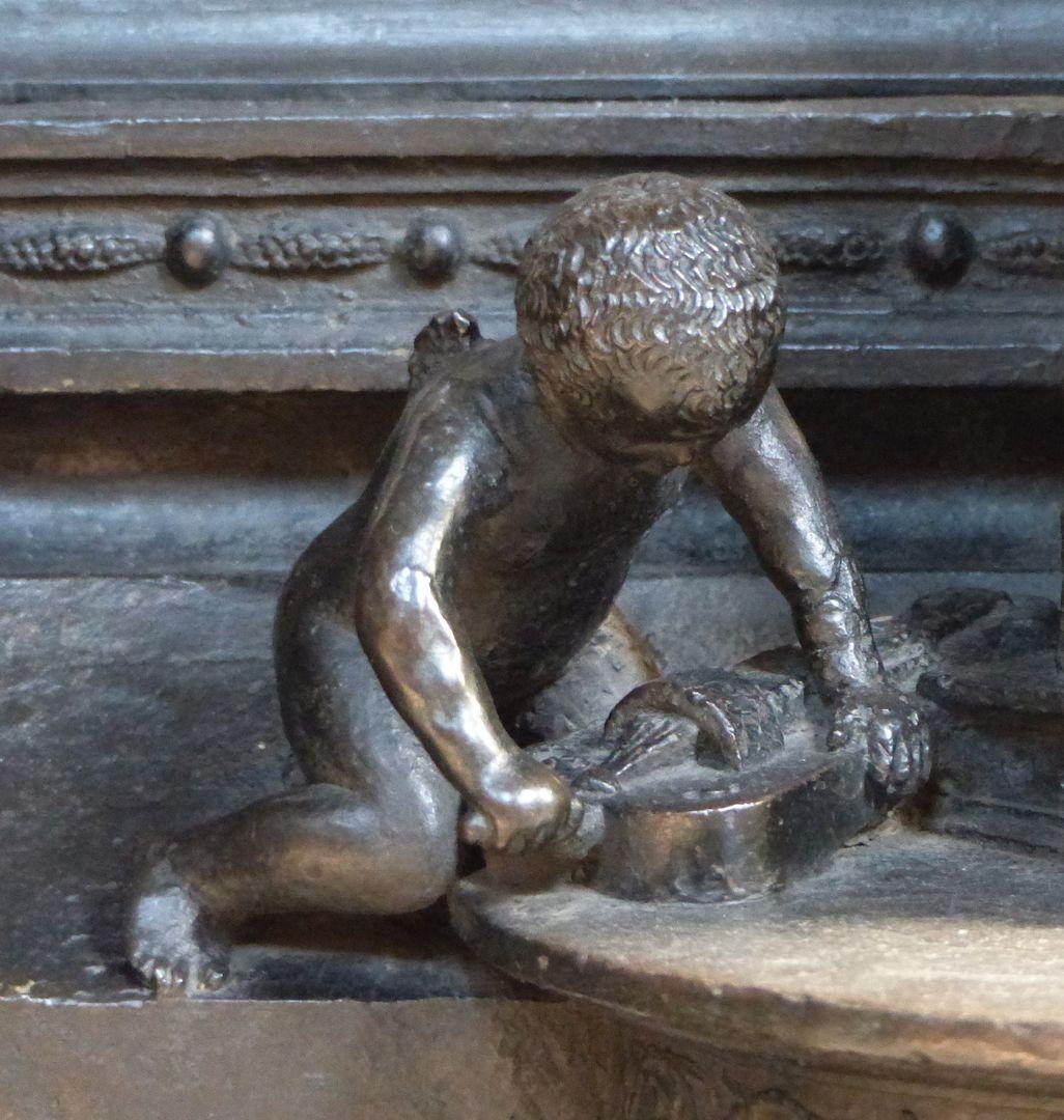 St. Sebaldus Tomb Engelein mit Drehleier, Südseite