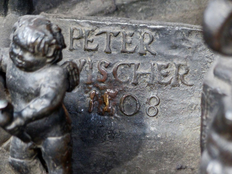 St. Sebaldus Tomb Inschrift, Peter Vischer 1508, unterhalb des Selbstportraits, Ostseite