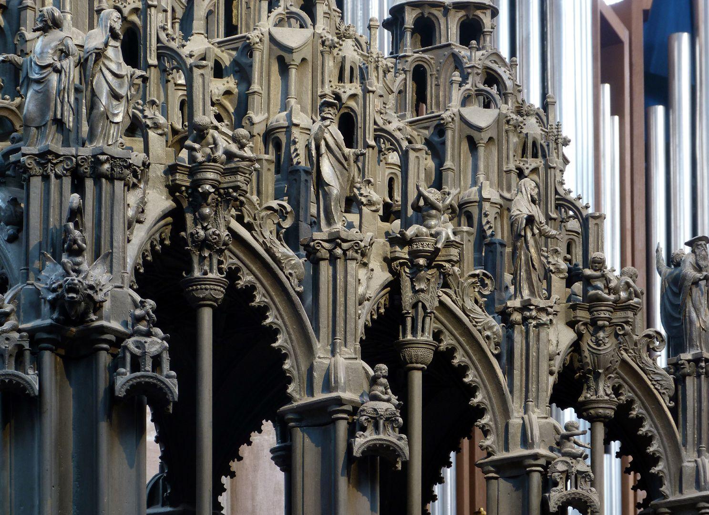 Sebaldusgrab (Nordseite) unterer Baldachinbereich mit Jochen und den Baldachinen über den Aposteln