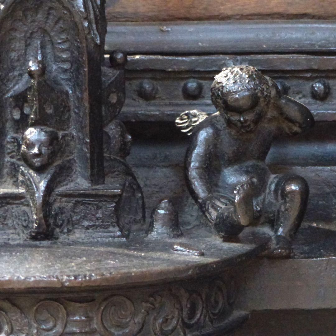 Sebaldusgrab (Nordseite) Dienstbasis des östlichen Jochs, rechtes Engelein mit Glocke und Schlägel