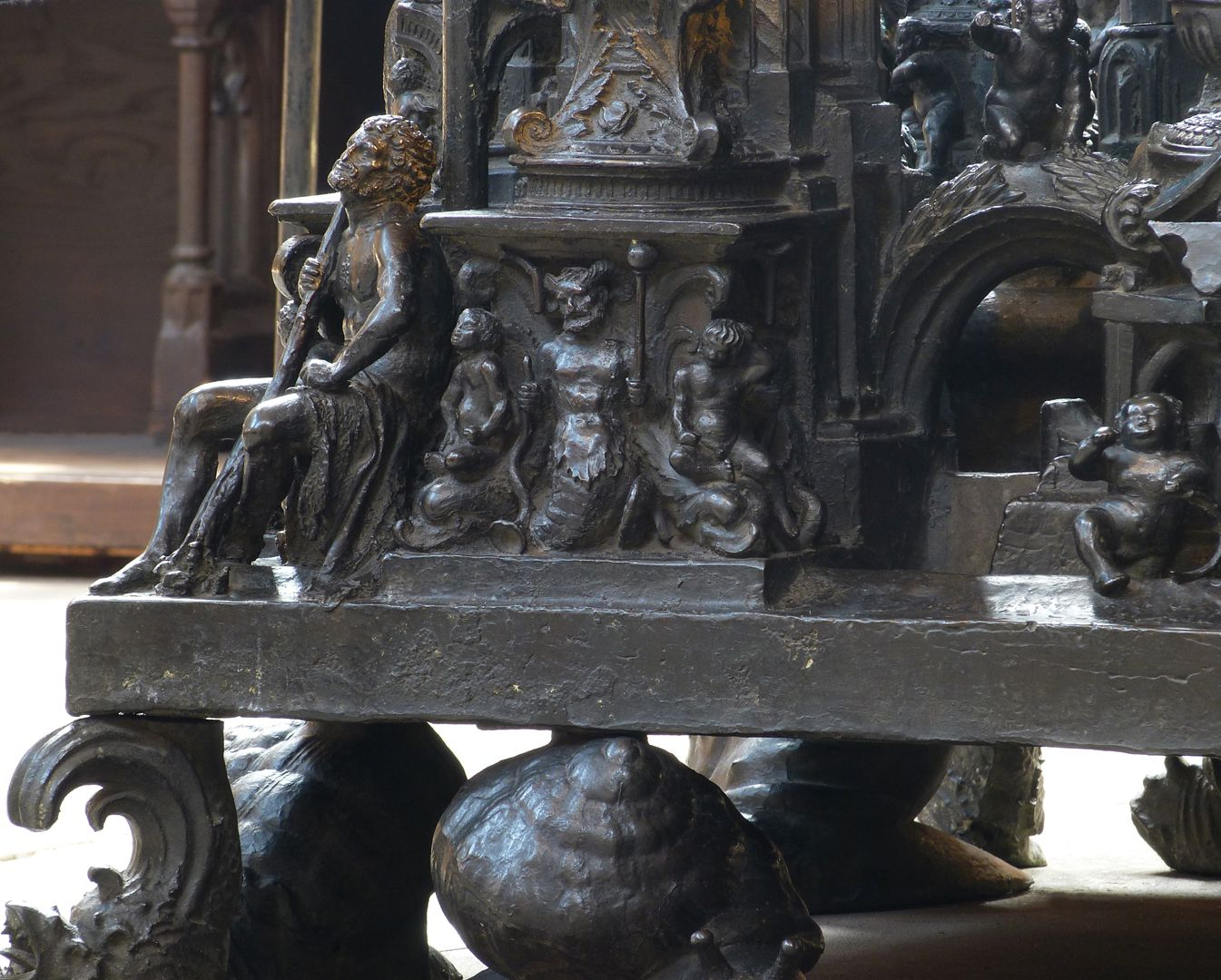 Sebaldusgrab (Nordseite) Nordostecke des Sockels mit Herkules als Eckfigur