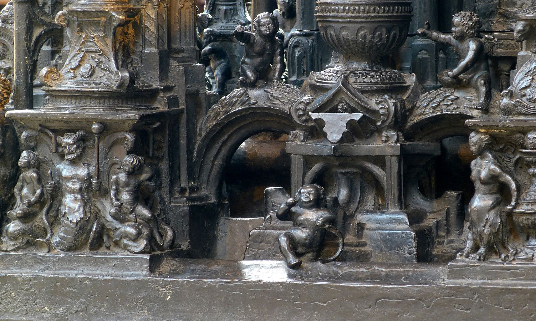 Sebaldusgrab (Nordseite) unterer Sockelbereich, links Triton mit Gefolge, rechts Basis eines Kandelabersäulchens