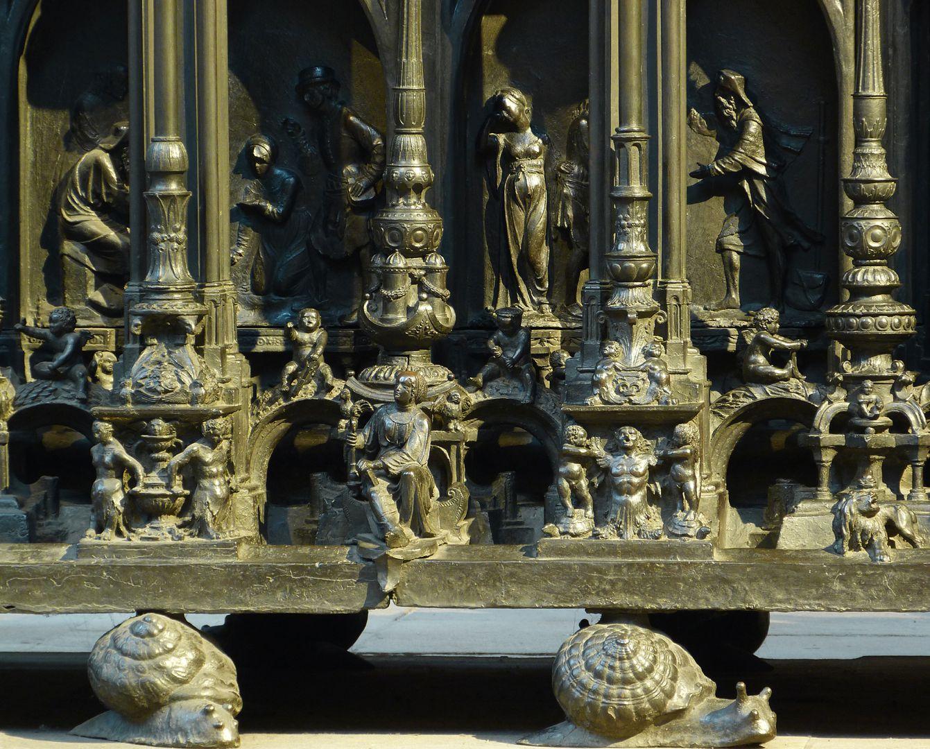 Sebaldusgrab (Nordseite) Mitte des unteren Sockelbereichs mit Gestalt der Klugheit, im Hintergrund Szenen der Sebalduslegende