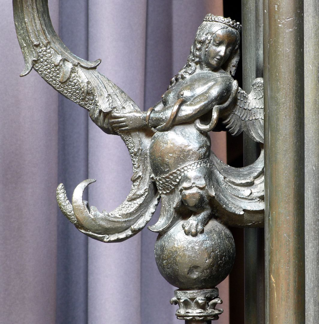 Sebaldusgrab (Südseite) Fabelwesen als Kerzenhalterin der Südwestecke