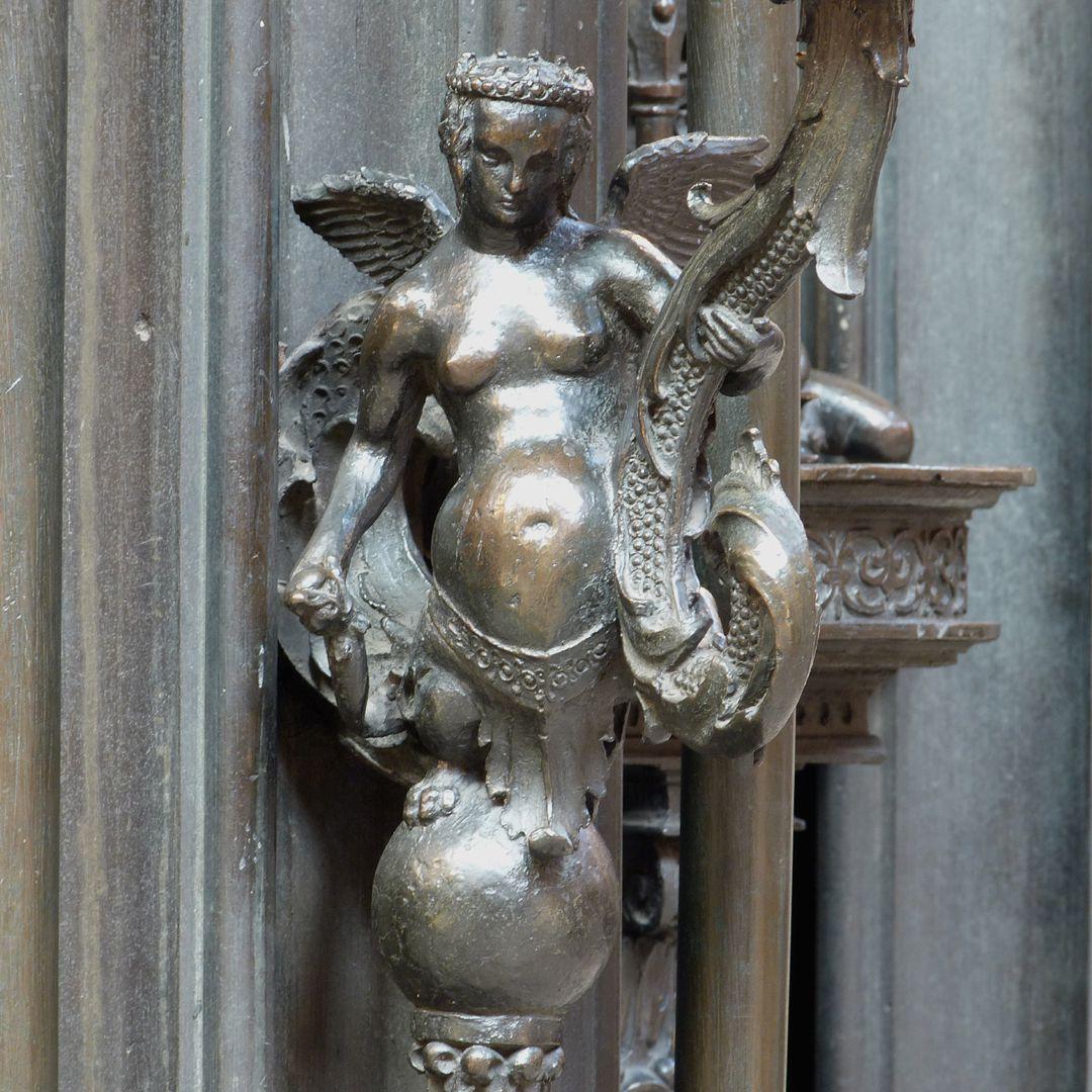 Sebaldusgrab (Südseite) Fabelwesen als Kerzenhalterin Südostecke