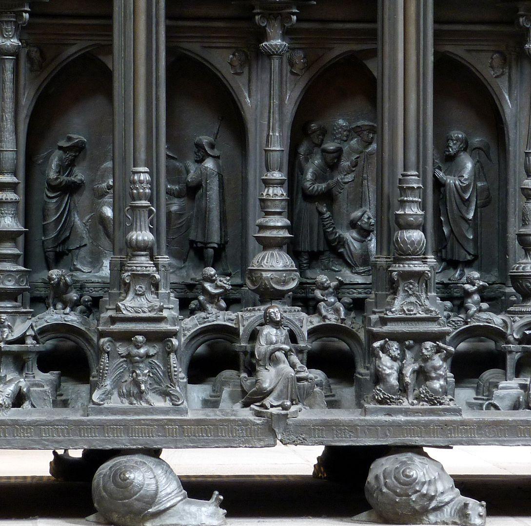 Sebaldusgrab (Südseite) Kernprisma mit Reliefs der Sebalduslegende, vorne in der Mitte die Mäßigkeit