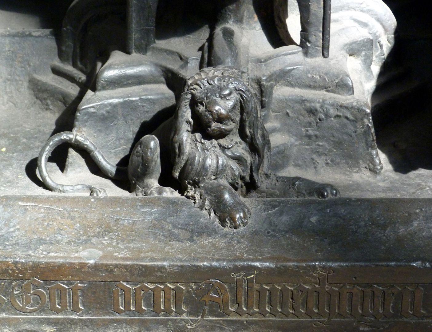 Sebaldusgrab (Südseite) Löwe am Rand der Trägerplatte