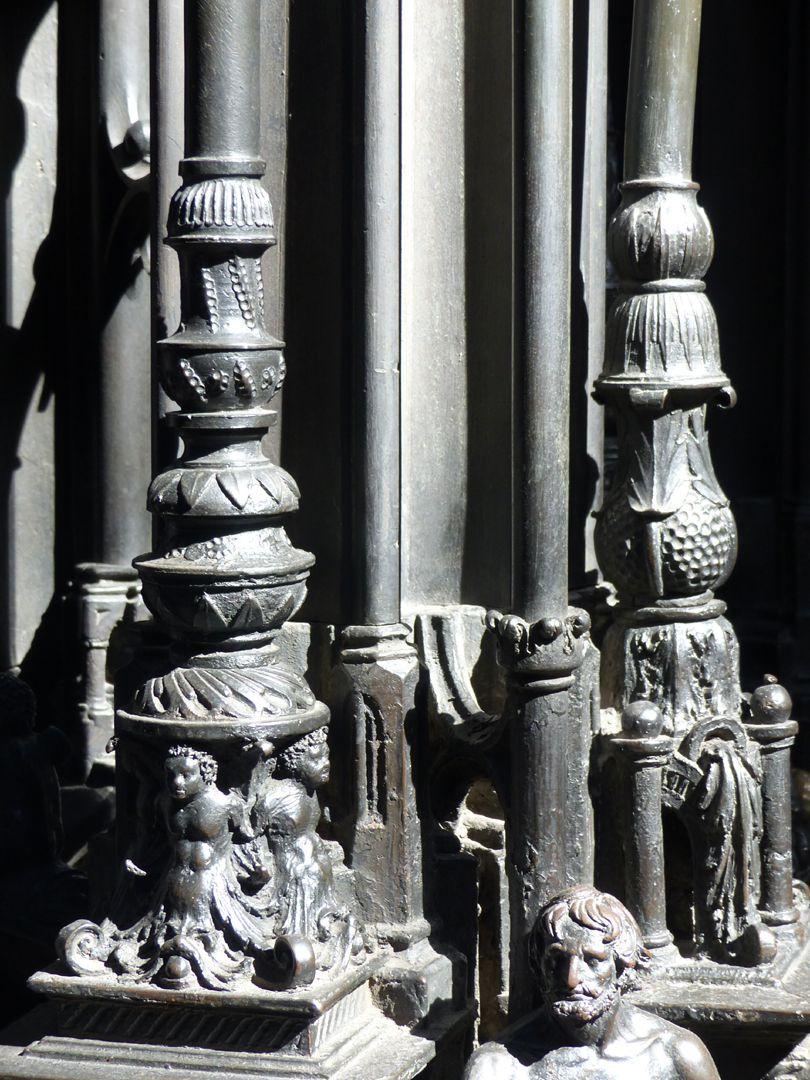Sebaldusgrab (Südseite) Südostecke, mit Basen der Kandelabersäulchen