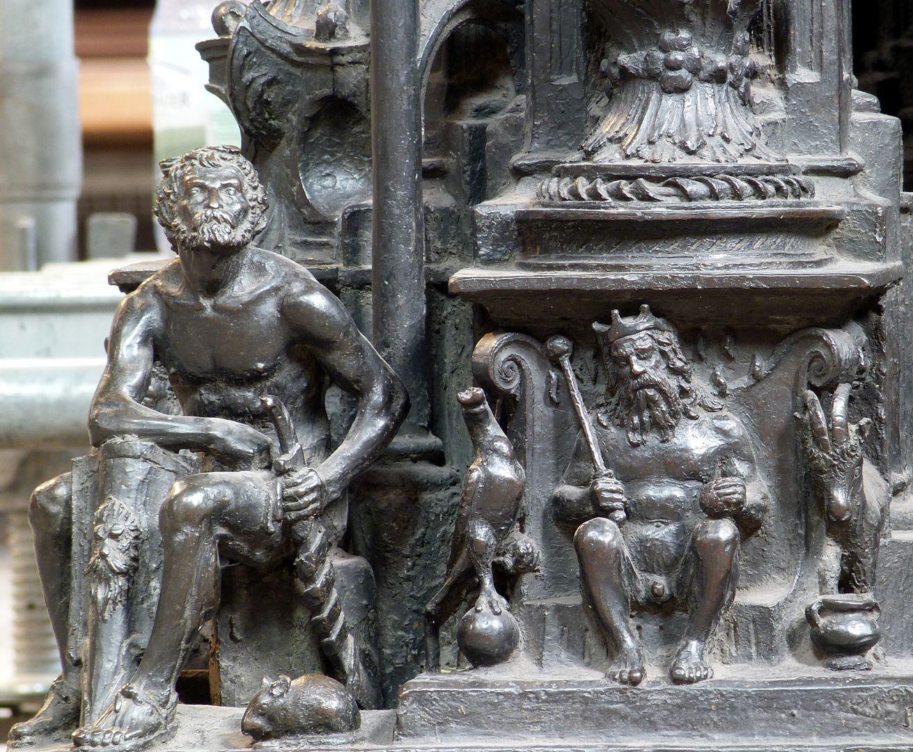 Sebaldusgrab (Südseite) Südwestecke, Eckfigur Theseus, Postament mit Jupiter, Adler und Ziege