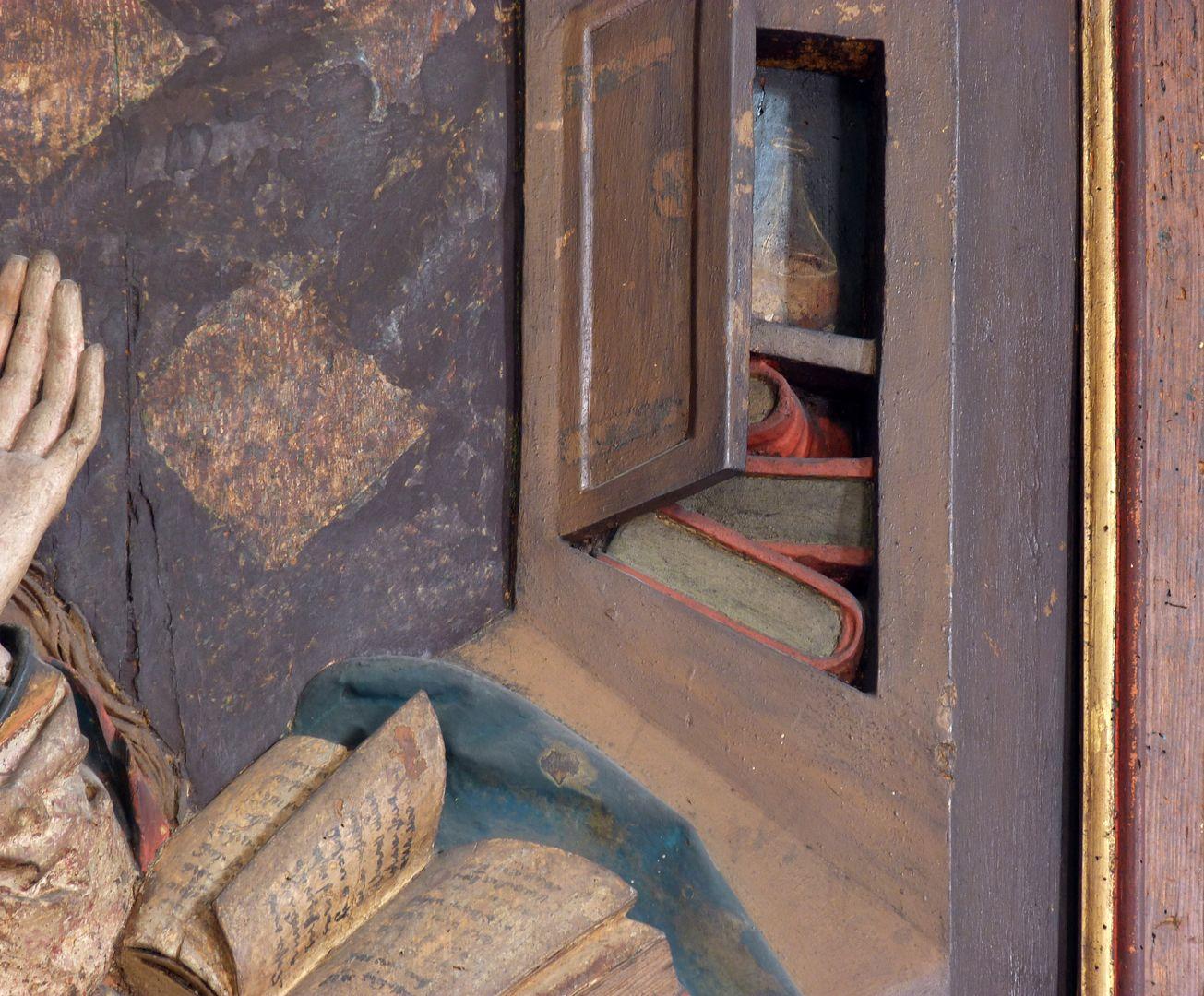 Reliefs einer Verkündigung Mariens Detail, Bücherschrank