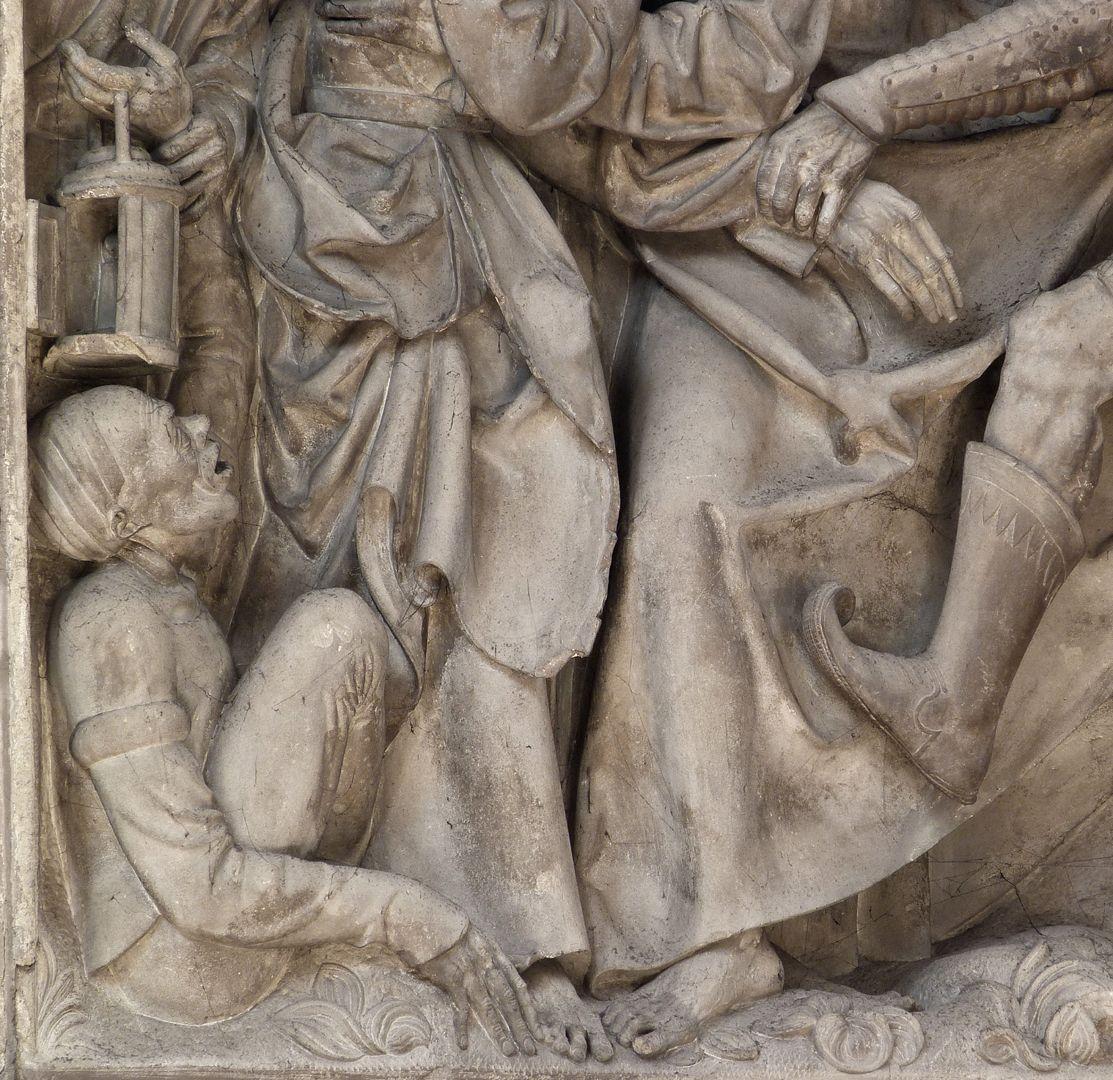 Volckamer Memorial Foundation, relief plates Gefangennahme, linke untere Ecke mit dem hockenden Malchus