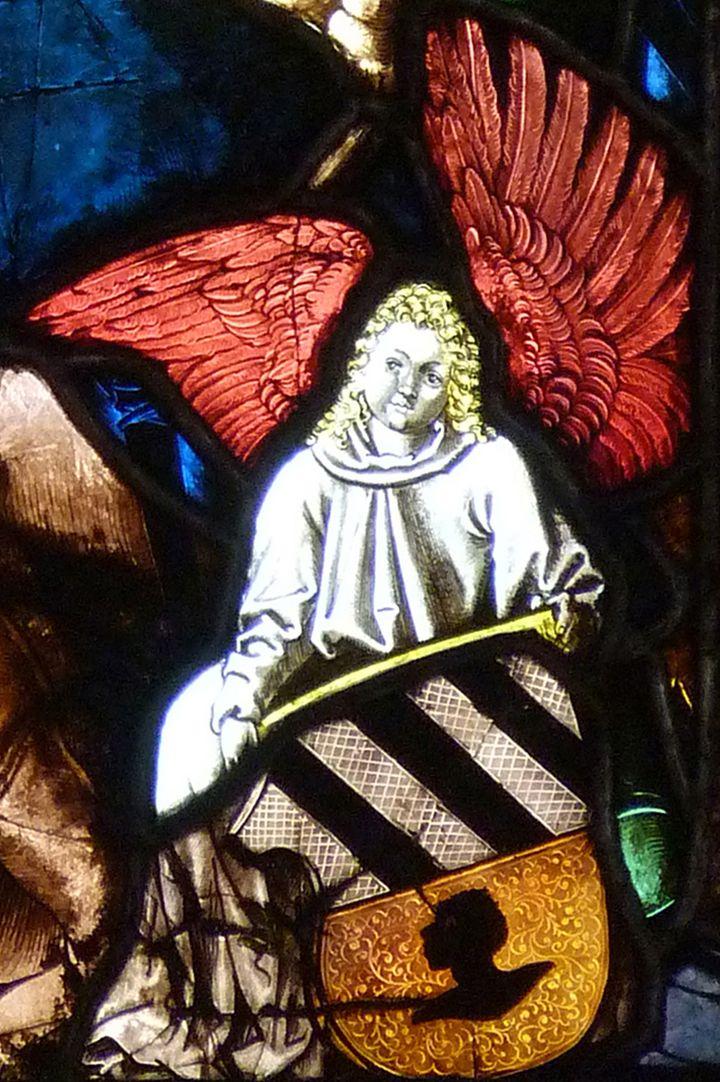 St. Bartholomäus, Chorfenster n II Dritte Zeile, Fenster b, Engel mit Tucherwappen