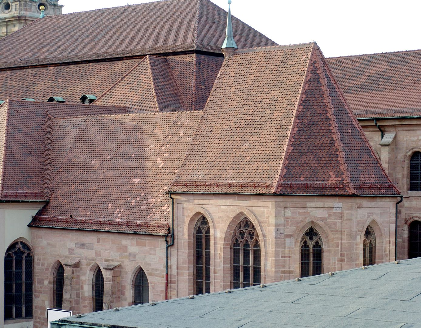 Euchariuskapelle von links nach rechts: Wolfgangs-, Eucharius- und Tetzelkapelle, dahinter St. Egidien